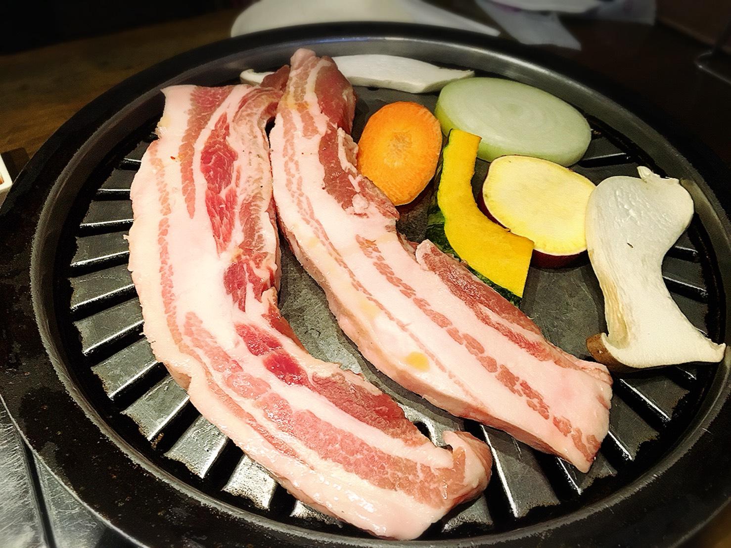 【池袋駅】あの韓国の有名人がきたことで有名!連日女の子たちで賑わう「ハヌリ 池袋」の和豚厚切りサムギョプサルセット1