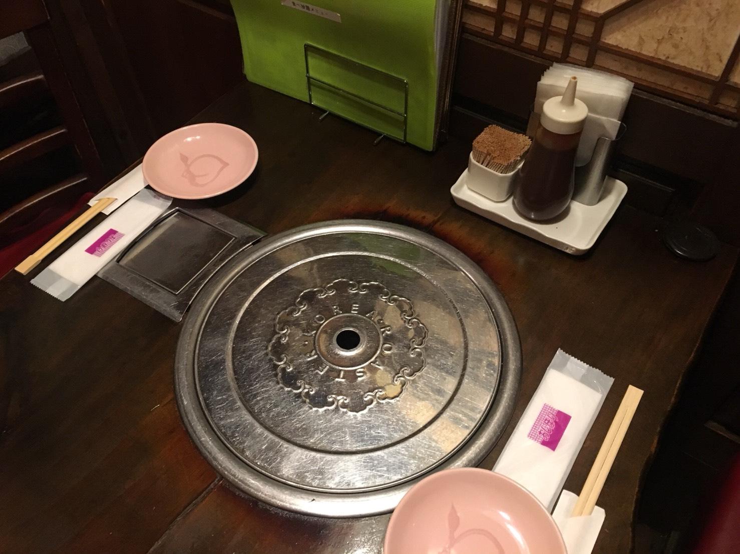 【池袋駅】あの韓国の有名人がきたことで有名!連日女の子たちで賑わう「ハヌリ 池袋」のテーブル席