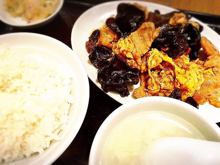 【大塚駅】肉も麺も餃子も焼き飯も!パンチ強めな男飯系がすごい「富士ノ山食堂」の豚キクラゲ卵炒