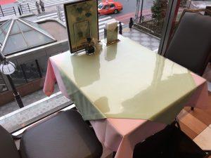 池袋の名店「タカセ 池袋本店」3階レストランのテーブル