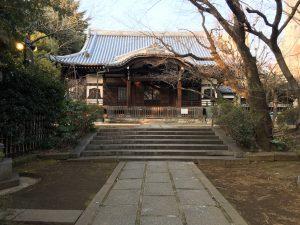 猫地帯の法明寺(ほうみょうじ)の本堂