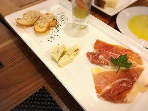 ダイニングバー「レガル東京」のレガルプレート前菜4種盛り