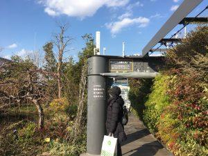 西武池袋本店の空中庭園の伏見稲荷神社へ入る道