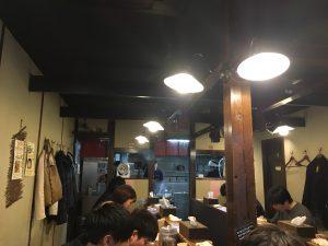 池袋で人気の濃厚鶏白湯ラーメン「鶏の穴」の店内