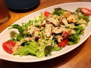 【池袋駅】人気「ランドーズ 池袋東口2号店」でくつろいでみるの燻製と野菜のサラダ