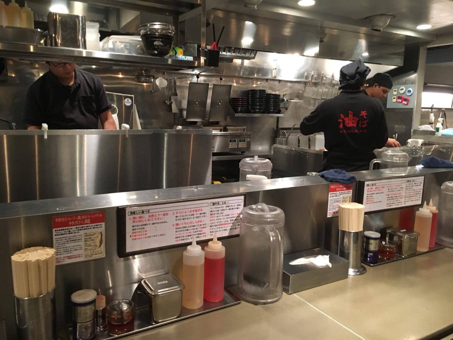 【池袋駅】自分好みの味を楽んで!実はヘルシーなやみつき油そば「東京油組総本店 池袋東組」の厨房
