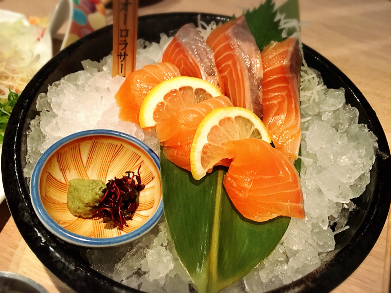 【池袋駅】落ち着いた少人数個室が使いやすい!九州料理もクオリティ高めの「TORI魚 池袋本店」のサーモンのお刺身