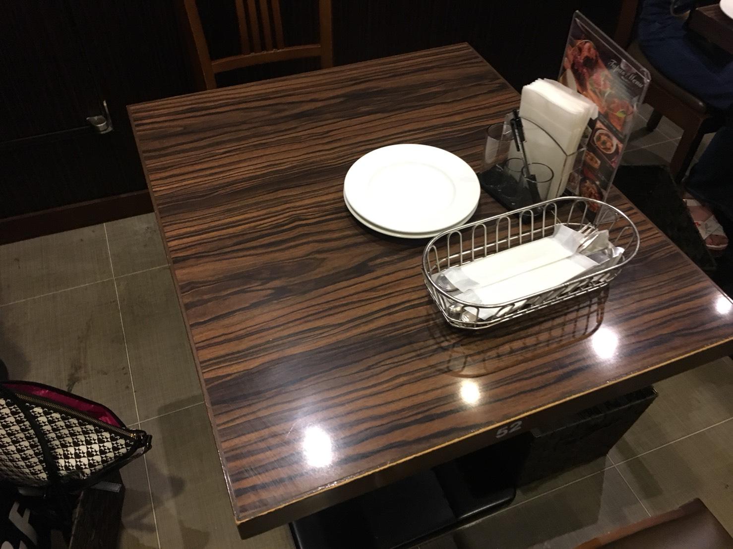 【池袋駅】自家製パン食べ放題とグリルで満腹「ビストロ309」のテーブル