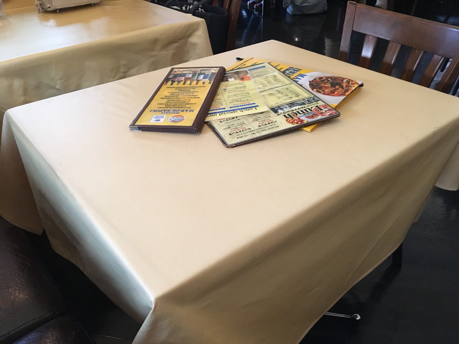 【後楽園駅】本格薪窯ナポリピザとパスタ「マルデナポリ ラクーア店」のテーブル