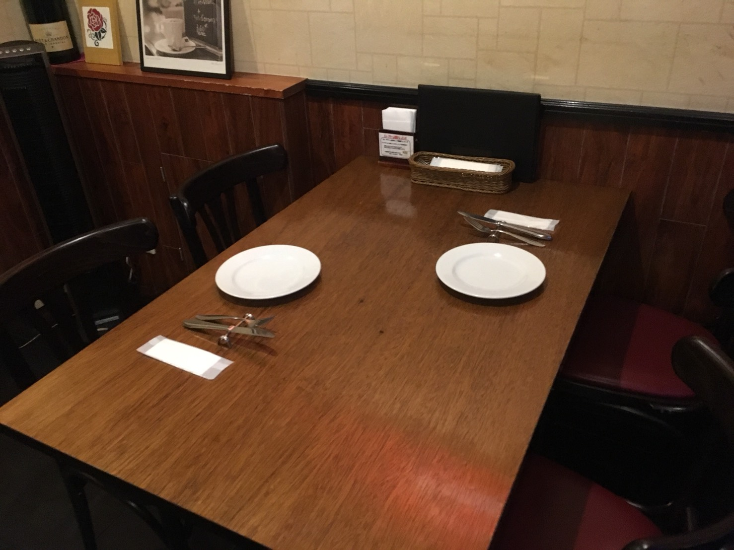 【池袋駅】おっとり系イタリアン「トラットリア・コン・アマーレ」のテーブル