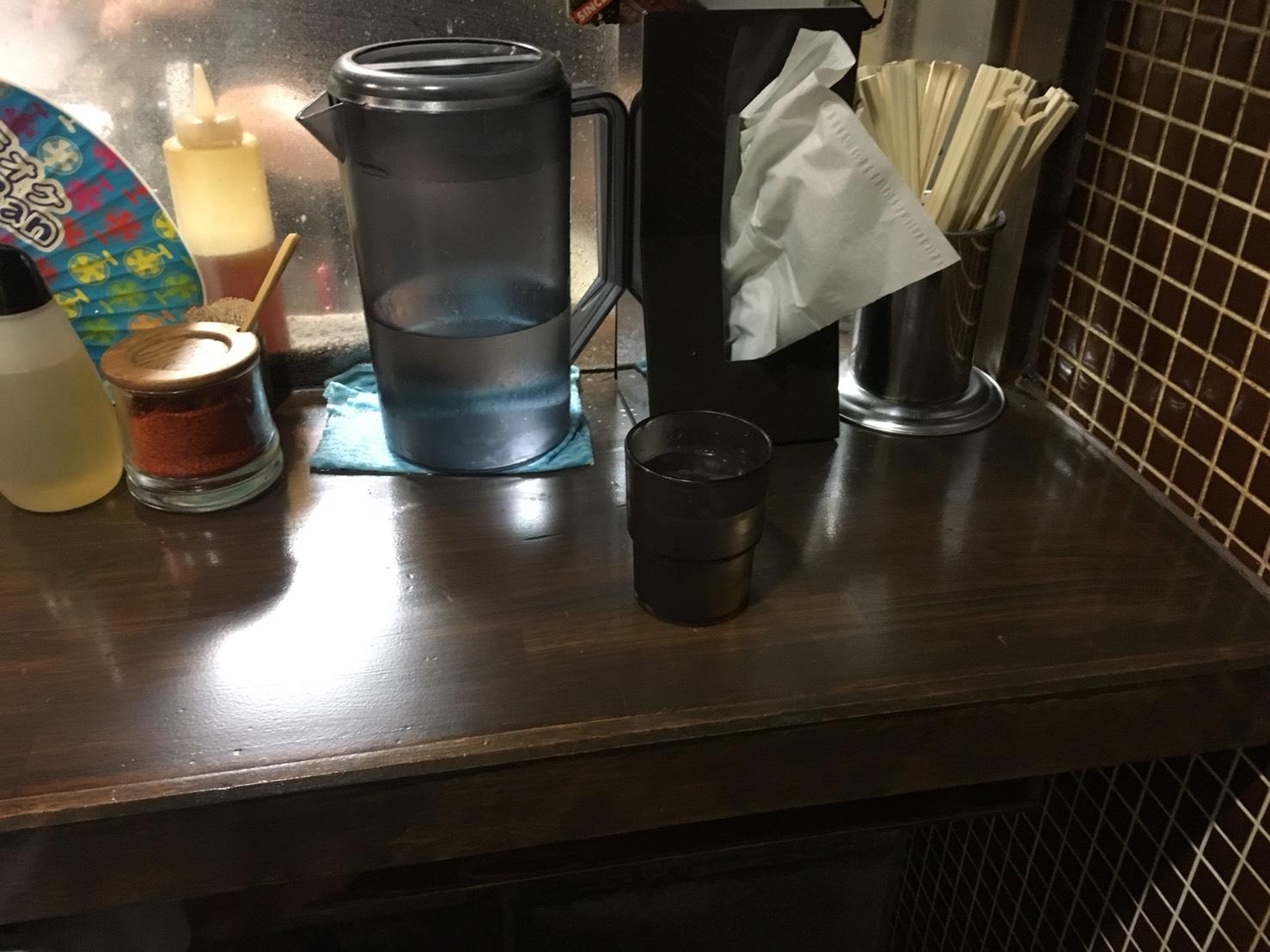 【池袋駅】常に行列!マッチョな味噌ラーメン「麺処 花田池袋店」のテーブル