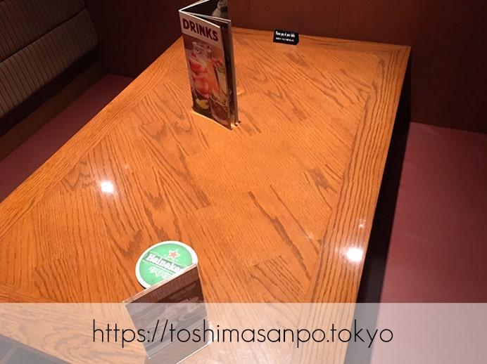 【池袋駅】見た目も味もお店も予想外のUSA!お肉かじりたくなったら「アウトバックステーキハウス」のテーブル