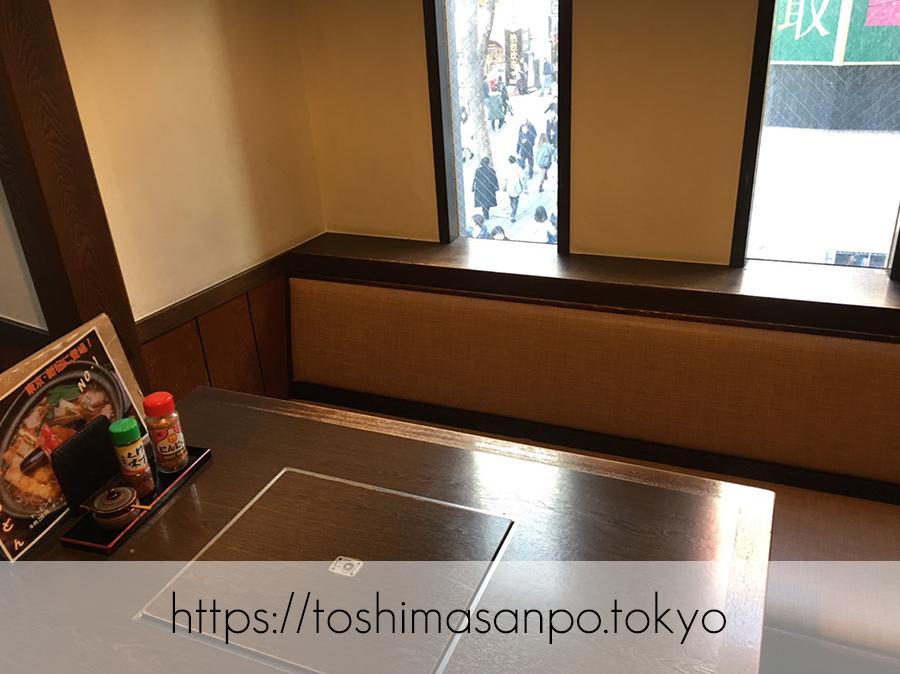 【新宿駅】ツルツルうどん美味しい!老舗サラダうどん発祥の「三国一」のテーブル