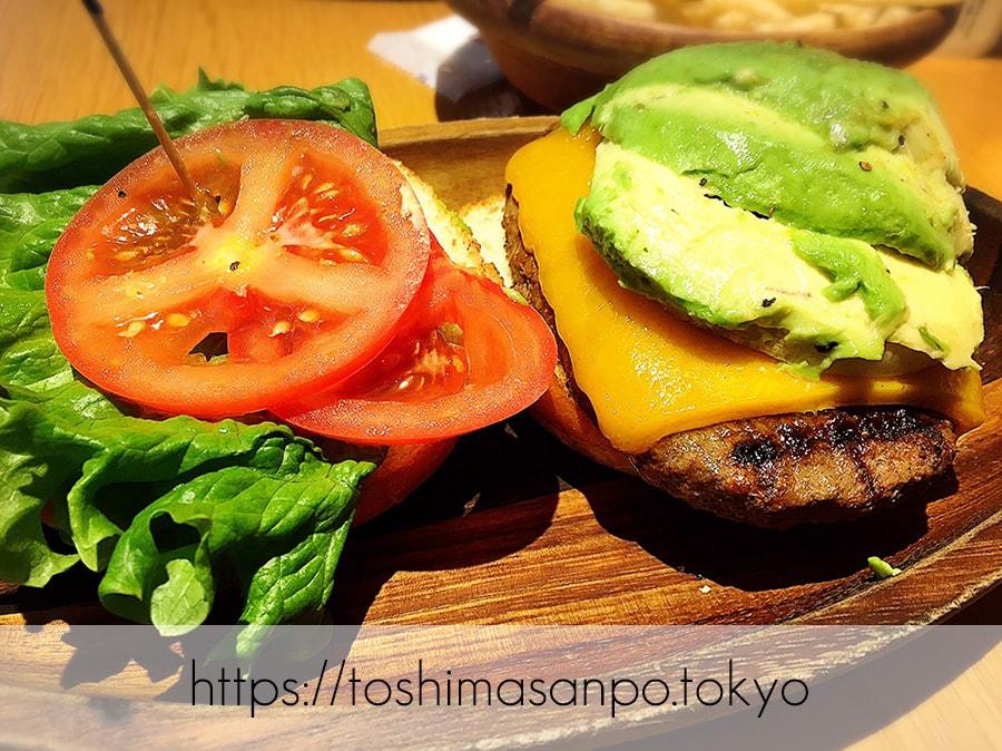 【池袋駅】早速食べ比べハワイのハンバーガー「KUA`AINA クア・アイナ」の厚切りチェダーアボカドバーガー