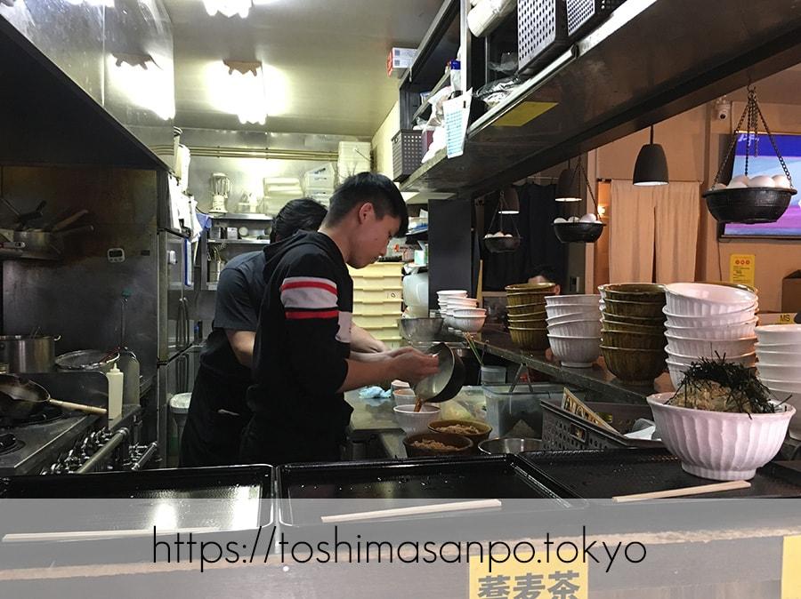 【池袋駅】なぜ蕎麦にラー油を入れるのか。理由はたぶん美味しいから。「壬生」の肉そば初めまして!のキッチン
