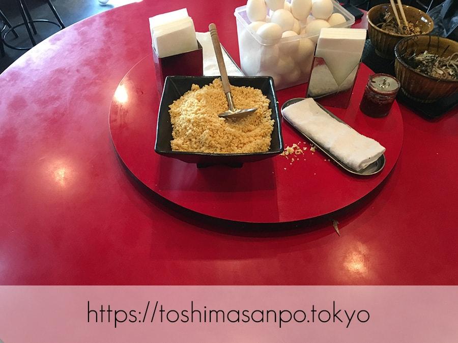 【池袋駅】なぜ蕎麦にラー油を入れるのか。理由はたぶん美味しいから。「壬生」の肉そば初めまして!のテーブル