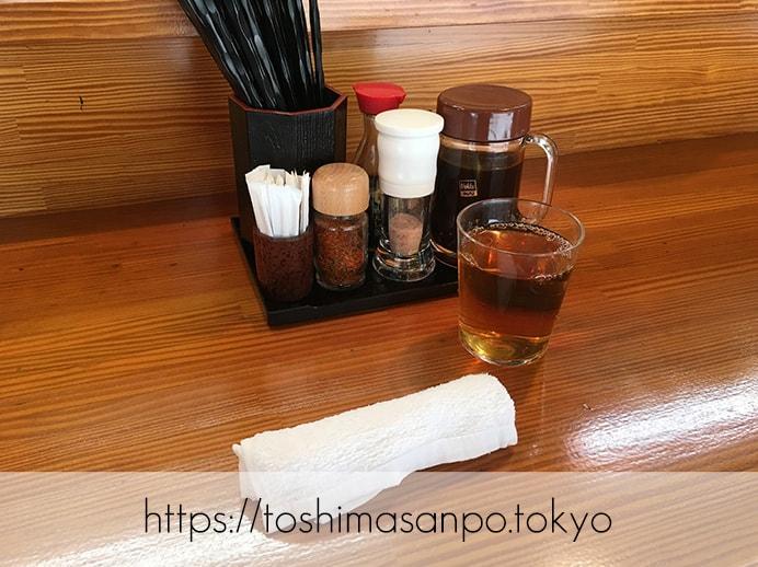 【大塚駅】じっくり揚げ系!脂が溢れるロースとんかつコスパ高すぎ「とんかつ逸業(いつぎょう)」のテーブル調味とお茶とおしぼり